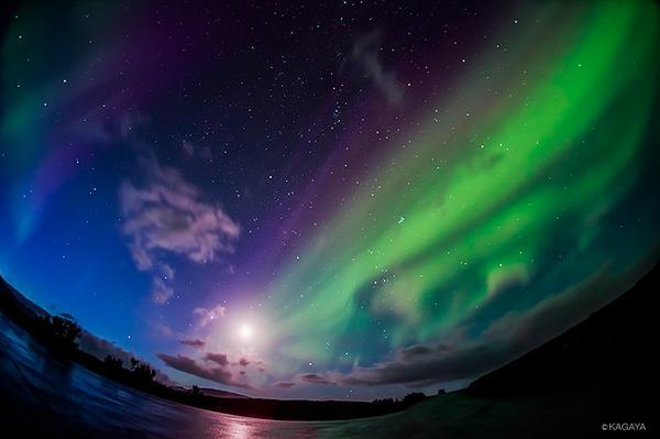 オーロラのむこうに月と冬の星座たち。アイスランドのシンクベトリル国立公園(世界遺産)にて。1年前に撮影したものです。 pic.twitter.com/Wddg9jLat0