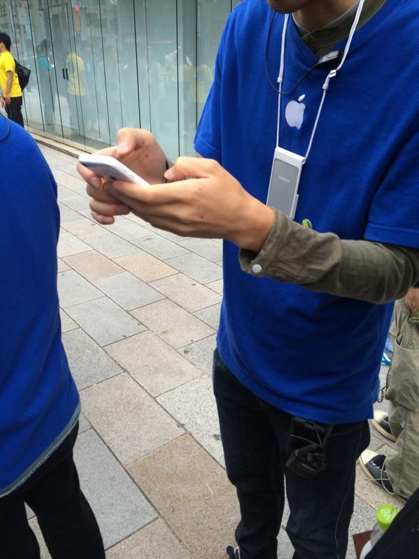 転売ヤー死亡 RT @yoshi115t iPhoneの整理券、今年は紙では無くスタッフさん手持ちのiPhoneからの登録で、詳細を登録するので本人しか買えません。 このシステム、今回、中国人が殺到し転売対策として、数日前から急遽.. http://t.co/03ytMj7sPz