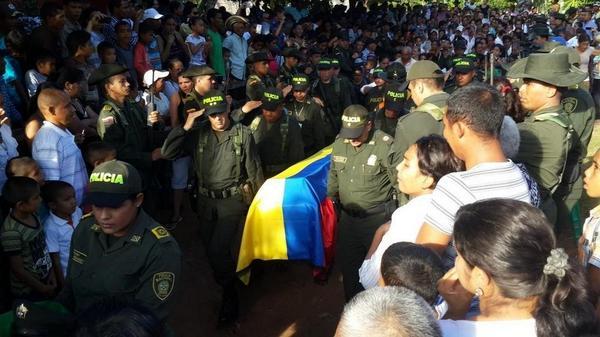 """""""@Monteriaoscura Sepelio del policía asesinado. Vía @REYDOMINO http://t.co/0XLIguo7Qw"""" ¿Y LA TAL PAZ SEÑOR PRESIDENTE? @JuanManSantos"""