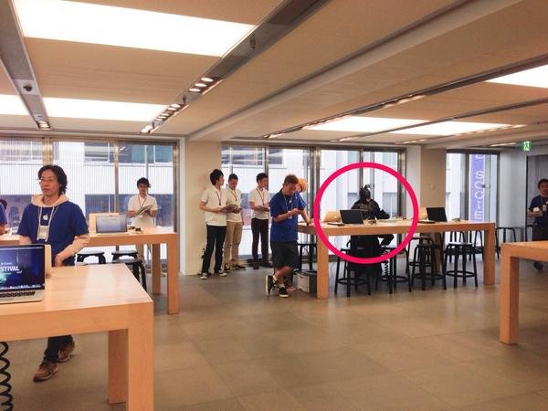 バッドマン貫禄の購入風景。  #Apple #iPhone6 #iPhone6Plus #AppleStore銀座 http://t.co/VsMKSXdIpV