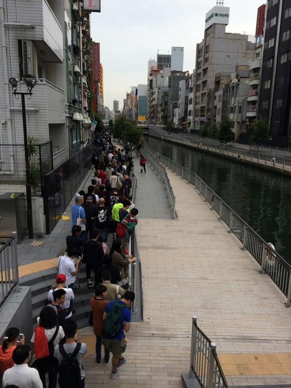 アップルストア心斎橋店、予約なし?の列が道頓堀まできていますが、予約をした人はすんなり店内に入れます。 http://t.co/97WoPBvyGT
