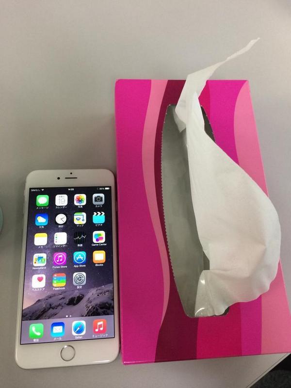 iPhone 6 Plus でけー!!  俺の太ももくらいある!!  タブレットって考えたほうがいいレベル!! http://t.co/FDZFsl4008