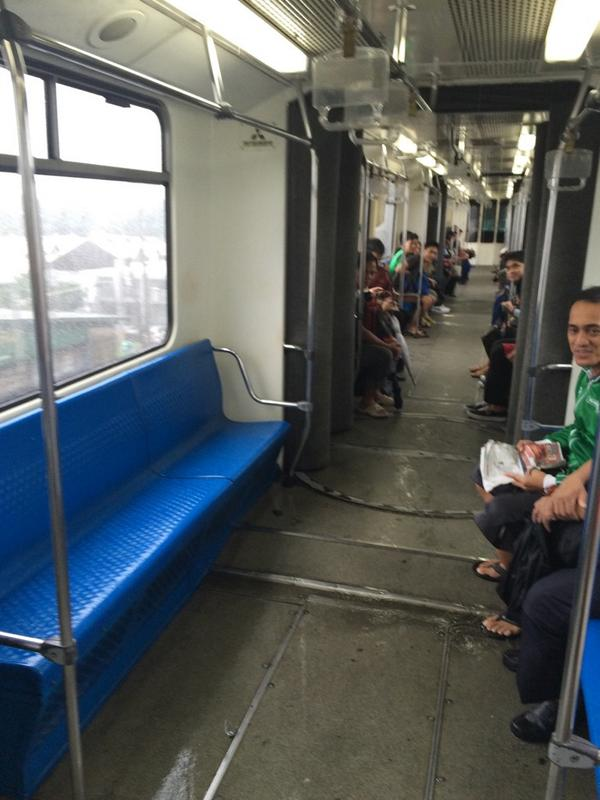 Flood Report: puddle deep flooding in MRT car #8 ಠ_ಠ #MarioPH http://t.co/2DDv8BYYLY
