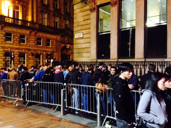Biggest crowd in Glasgow before dawn. People queuing up on all nighter for #iPhone 6. Historic http://t.co/wb0Pb7LeSB