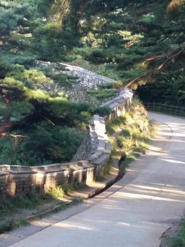 """""""@jongyoujen: """"@hyun177: 남한산성 북문에서 법화골로 하산길... http://t.co/HhBPXUrfL7"""""""" 남한산성이 세계유산 선정되어서인지 오늘 MBC와 디스커버리에서 촬영나오구... 나도 나왔는지 몰라 ^^"""