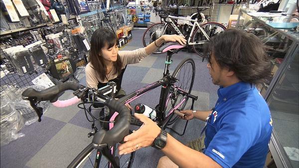 今日の特集は自転車市場で起きている新たな動き。今、自転車ショップで高額自転車を購入する若い女性が増えています。20万~30万円もする海外製のブランド自転車が続々と売れているというのです。そのワケは?詳しくは今夜の放送で。 #wbs http://t.co/rMJqkKRQnv