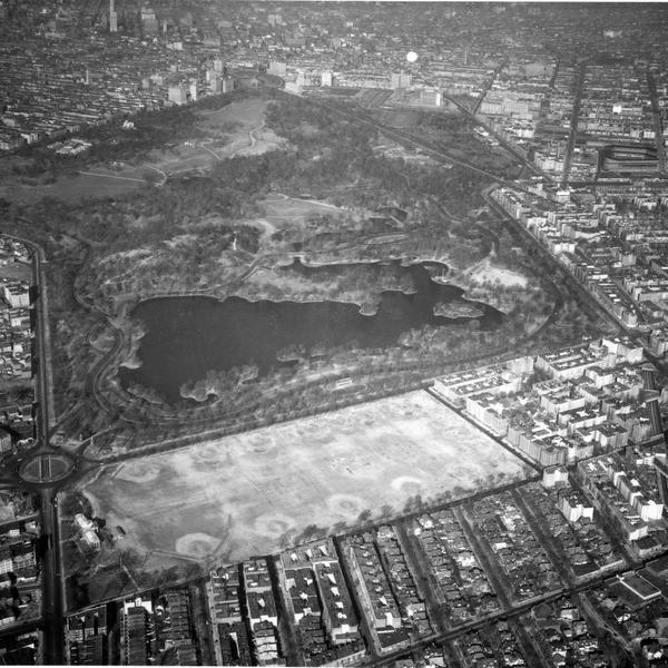 1938 aerial photo of Prospect Park from @NYCParks. Sharp eyes might find #musicisland #ebbetsfield #picnichouse http://t.co/364O4jLyy7