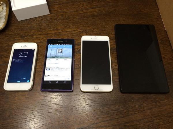 左から、iphone5、xperia Z1、iphone6plus、nexus7…タブレットを混ぜて並べると、アリなサイズにも思える。 pic.twitter.com/0z3ZpXqAjz
