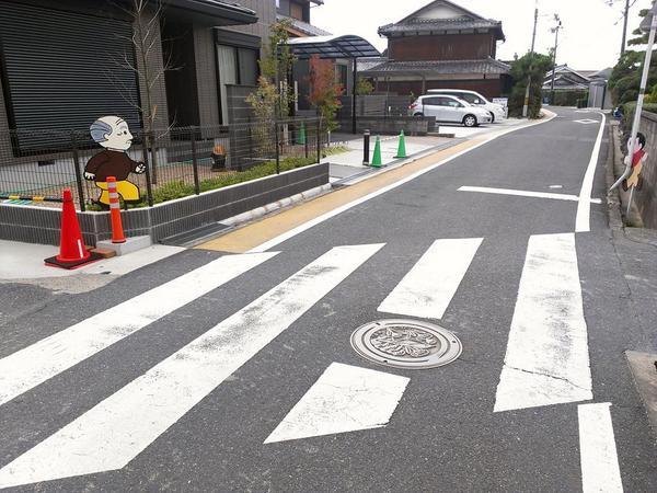 交差点の名物「飛び出し坊や」発祥の地である滋賀県では、すでに飛び出し坊やの高齢化時代を迎えており、飛び出し爺やの時代に突入している pic.twitter.com/Js9QlDP5C7