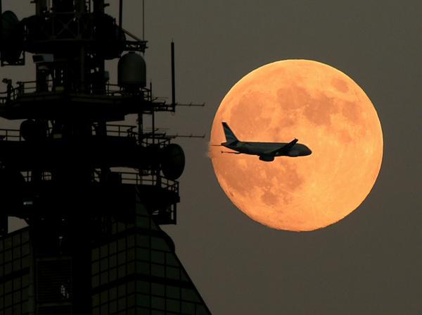 月+飛行機+福岡タワー。いかがでしょうか。9日はいつもより大きく見える「スーパームーン」です。#中秋の名月  #月 t.asahi.com/frrz pic.twitter.com/oRD9lzo3sz