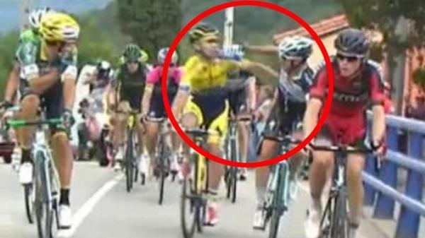 VIDEO: Echange de coups en pleine course entre Brambilla et Rovny sur #LaVuelta http://t.co/ypSG0tCQ82 http://t.co/FmXUcJGv70