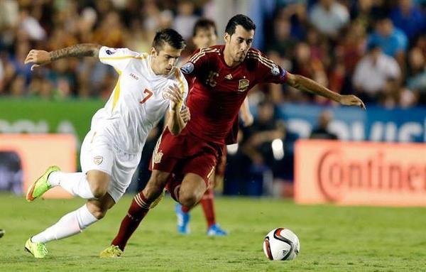 Trajkovski tries to get past Sergio Busquets