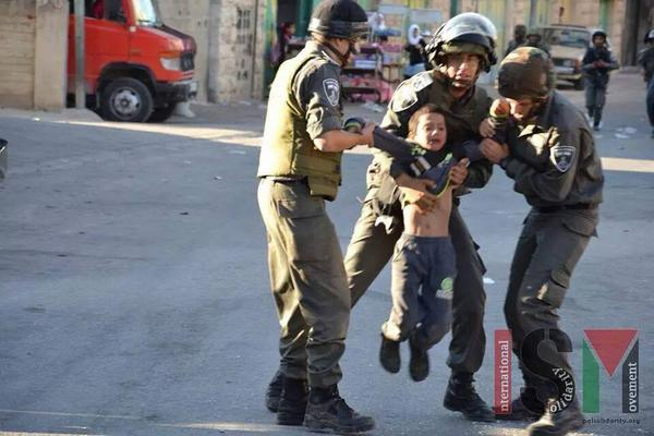 Yesterday in #Hebron #Alkhalil: three Israeli soldiers detaining 7 years old Palestinian child. http://t.co/1UiNvWz17E