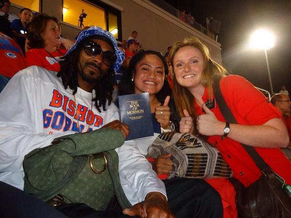 SNOOP LION ACCEPTING A BOOK OF MORMON FROM MISSIONARIES AT A BISHOP GORMAN GAME. #what http://t.co/TCnDmUuwTs