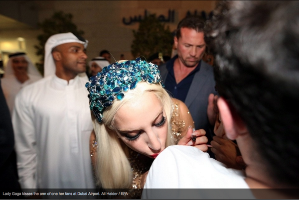 LADY GAGA KISSING AND SIGNING MY T-SHIRT! AHHHHH #artRaveDubai http://t.co/XLtviNnwO2