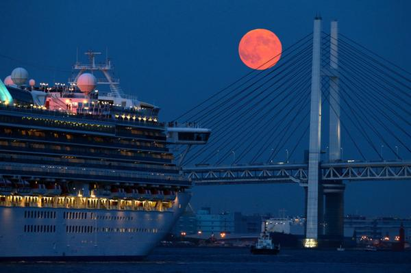 【#スーパームーン】横浜ベイブリッジの上に浮かびました。スーパームーンは月と地球の距離が近く、普段よりも大きく見える満月。次は来年9月28日に見られます。 t.asahi.com/fs3r pic.twitter.com/EagL7BgZNA
