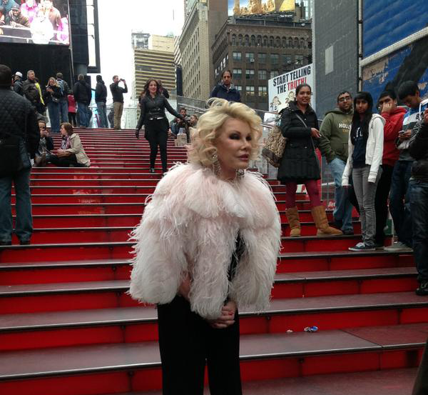 Broadway theatres will dim their lights in memory of Joan Rivers tonight at 6:45pm. http://t.co/shhrBgExU8
