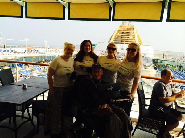 Stephen Hawking se relaja con sus enfermeras en el barco a Tenerife #Starmus http://t.co/pHWE3f6bzp