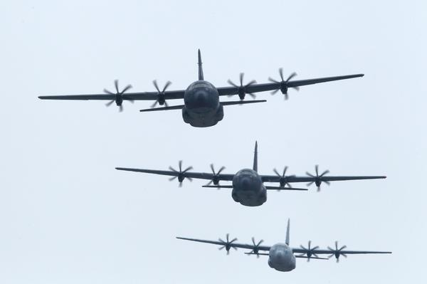 Formation flight over Sydney today, marks 800,000 flying hrs for RAAF Hercules (file photo) http://t.co/lPfjwfJyNp