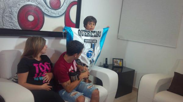 """Conmovedora historia. Fuimos a casa de Guastavino y conocimos a Tiago, su hijo: """"A papá lo cambiaron por Ronaldinho"""". http://t.co/wfiPzApgjT"""