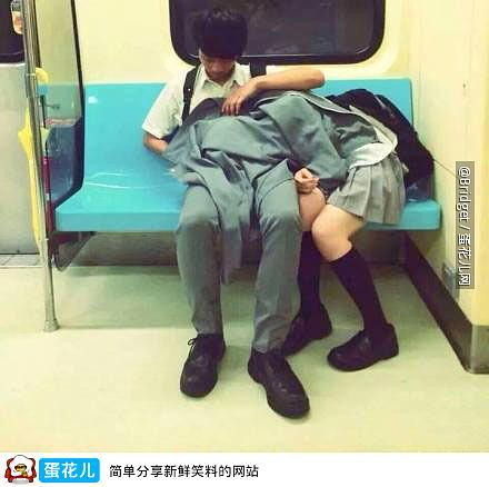 台北高中生一幕,一名女高中生因为疲劳躺在了另一个高中生的腿上睡着,男高中生怕姑凉着凉脱下自己的上衣为她盖上,多么温馨和谐的一幕 http://t.co/tMWQ2wsjHL http://t.co/PlHf3OADKo