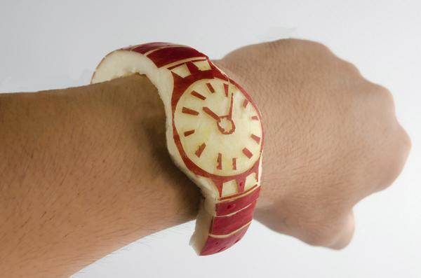 早速Apple Watchを入手してしまいました!ウェブサイトのビジュアルや説明文も凝っていて素敵です!すっごく気に入ってしまい、すぐに完食してしまいました! pic.twitter.com/EVXqDbwARL