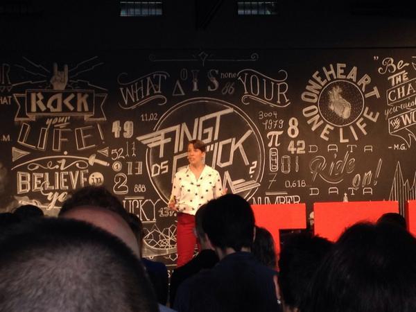 #TEDxBern startet mit US-Botschafterin Suzi LeVin (#Vereidigung auf #EReader)  #passt http://t.co/heFNE0hoII
