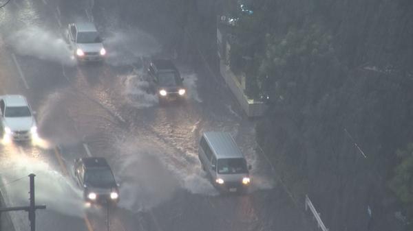 東京地方では、現在、大雨洪水警報が発表されています。10日夜のはじめ頃まで低い土地の浸水や河川の増水に警戒してください。画像は、千代田区大手町にある東京消防庁本部庁舎付近から撮影した道路等の状況です。 pic.twitter.com/Xni3O9ZpJF
