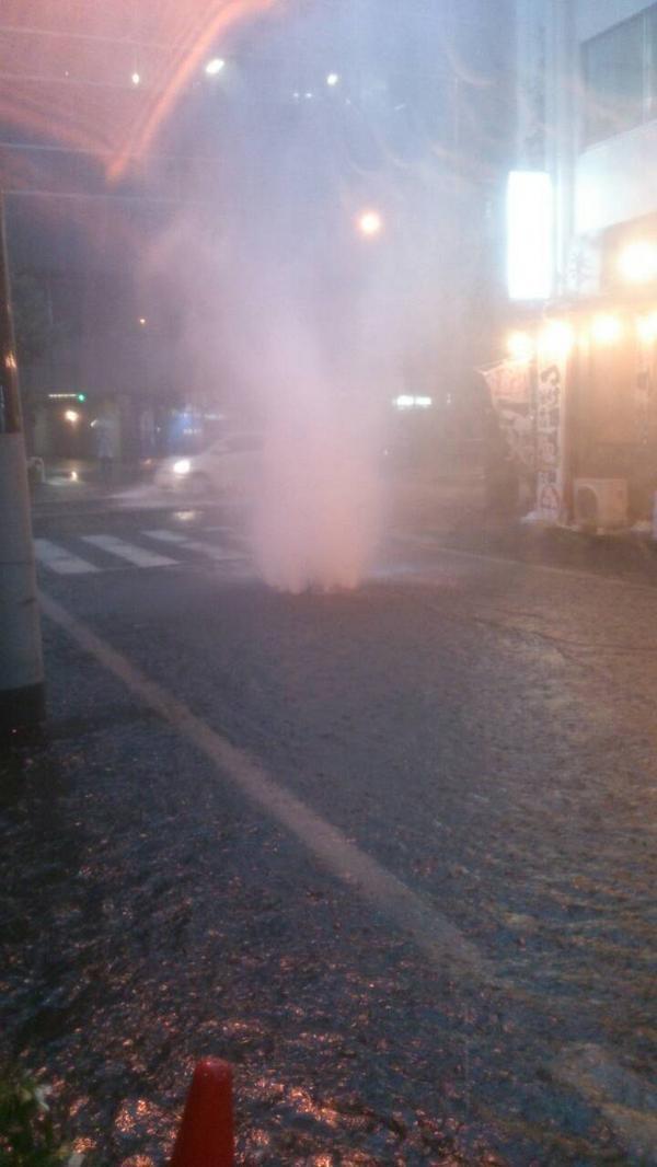 がんこラーメンさんの横のマンホールがどえらいことに #akiba pic.twitter.com/0oly4LUaoR