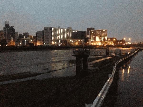 朝5時の豊平川。右奥が豊平橋、手前(中央区)側ではサイクリングロードへの浸水が始まっています。 pic.twitter.com/DeN3iTY91K