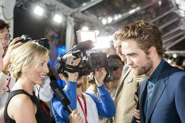 Chatting with #RobertPattinson at the red carpet for #MapsToTheStars. Pic by @Visualbass for @spokeagency #eOneTIFF http://t.co/4alRksWZEy