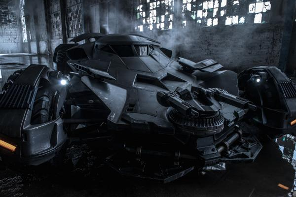 FOTO Batman v Superman: Dawn of Justice - la prima immagine ufficiale del Batmobile