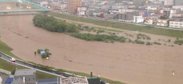 【豊平川が氾濫寸前】北海道札幌市を流れる石狩川水系石狩川支流の一級河川「豊平川」が9月11日、大雨の影響で増水し、氾濫寸前の状態になっています。北海道の石狩地方では大雨特別警報も。 /breaking-news.jp/2014/09/11/011… pic.twitter.com/PG6RjlHIpM