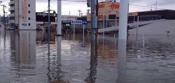 【石巻市が水没】宮城県石巻市の各地で9月11日、猛烈な雨の影響で道路の冠水や住宅浸水などの被害が発生しました。石巻駅付近も冠水し、通行止めになっている道路も。 /breaking-news.jp/2014/09/11/011… pic.twitter.com/0l9Luon8PX