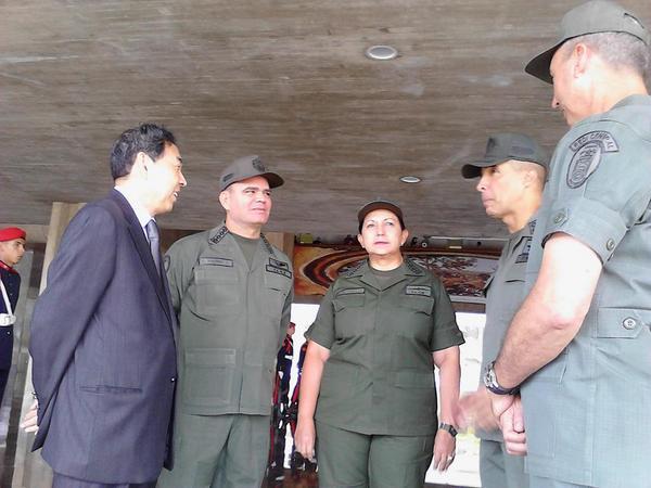 Recibiendo la comitiva de la delegación militar China en el patio central del Ministerio  para la Defensa http://t.co/a6lov4UeWm