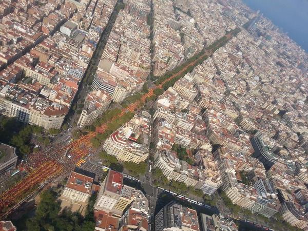 Diagonal plena de gent a la 'V', amb Passeig de Gràcia ple d'autocars. #vcatradio #11s2014 http://t.co/nckumidJDN