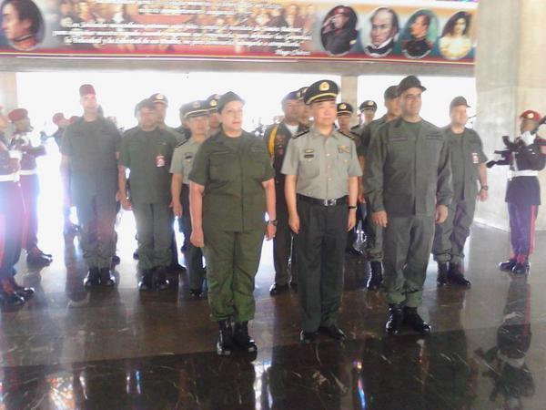 Llegada de la delegación militar  China al patio central del MPPD, recibidos por el alto mando militar venezolano http://t.co/ws2oamWJOO
