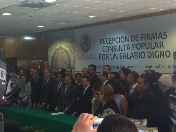 @AccionNacional entregando las firmas de los Mexicanos q queremos consulta popular para #SalarioDigno @GustavoMadero http://t.co/xt9B0qNgGM