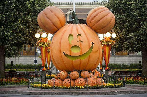 It's the spookiest time of year - #HalloweenTime has arrived at the Disneyland Resort! #Disneyland365 http://t.co/F5cFJhZXER