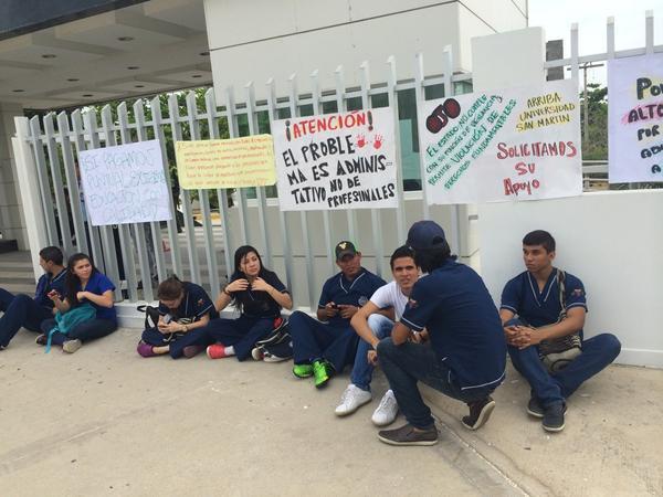 Estudiantes de la San Martin protestan y exigen la presencia de la Ministra de Educación