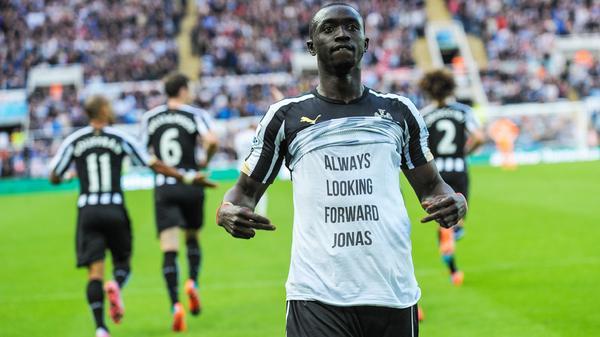 Atacante do #Newcastle homenageia colega com câncer; árbitro alivia e não dá cartão; VEJA: http://t.co/dMX8hYYBqF http://t.co/PzkUnIjJkH