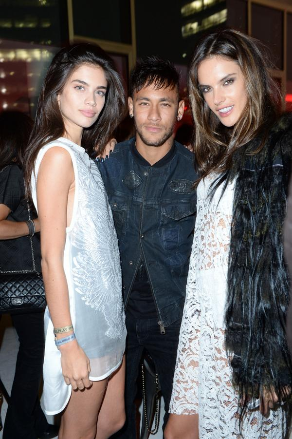 What a night with @neymarjr @AngelAlessandra & @Sara_Sampaio at #REPLAYTHESTAGE. Thanks for joining us! http://t.co/bZugZb0Ee3
