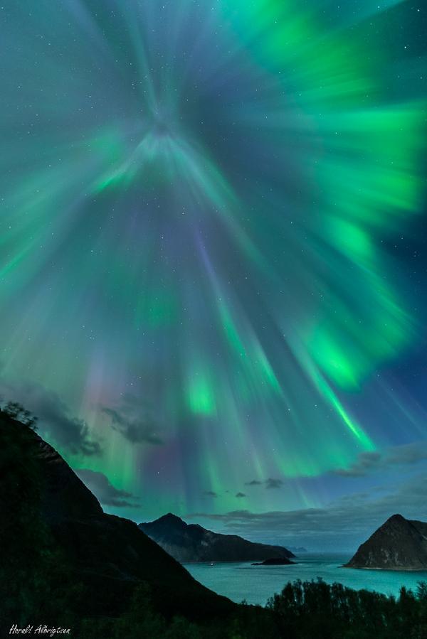 ノルウェーで12日夜に観測された、緑と青の華麗なオーロラ。今回の太陽嵐の影響で、北欧、カナダ、米国北部では美しいオーロラが観測された。場所によって色の表情が異なるのが何とも魅惑的。washingtonpost.com/blogs/capital-… pic.twitter.com/aEZrQ6zi31