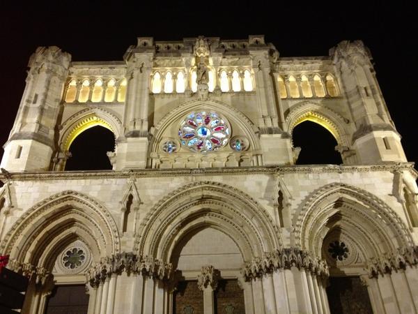 La Catedral rodeada de colores y un mercado medieval #CuencaEnamora http://t.co/iKFlLMTZu8