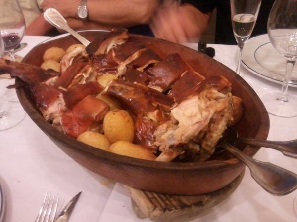 初日終了後、総勢11人で、世界最古のレストランとしてギネスブックにも載っているらしい「ボティン」へ。写真は名物の小豚の丸焼き4人前だが、11人でも食べきれない http://t.co/XqaXqSyesi