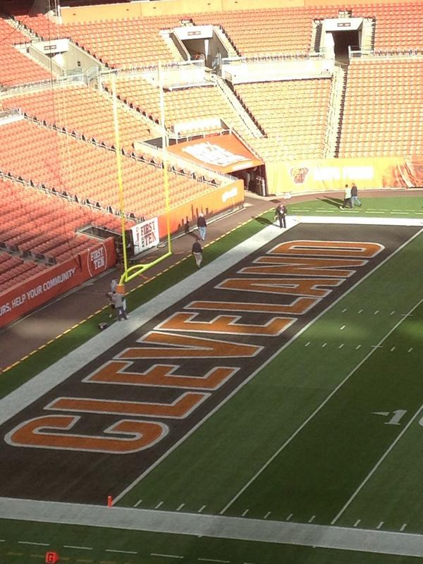 The brown with orange lettering in the end zone looks great. http://t.co/dxNM8oO7EO