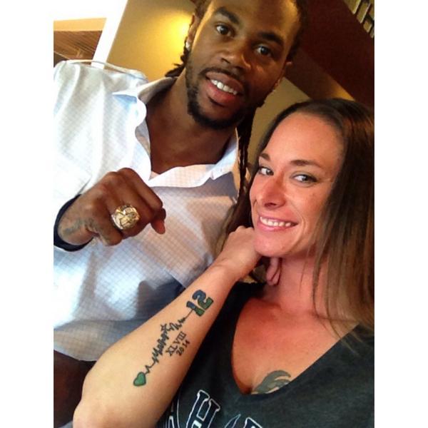 """""""@DJZeeti: twitpic a selfie wearing your #NFL gear ladies only"""" #Seahawks http://t.co/7kH6bY6Rkg"""