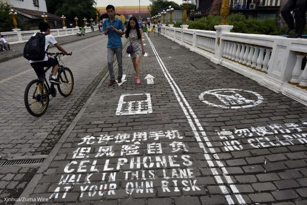 Walking and texting? Chinese city unveils new cellphone-only pedestrian lanes http://t.co/0UZ9keKjRs http://t.co/k8oaMOd73x