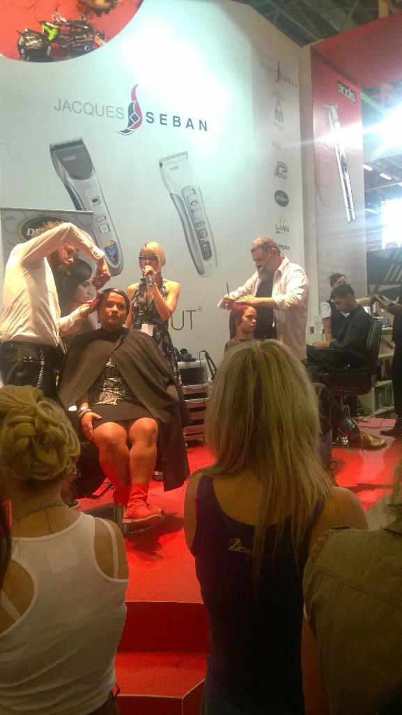 Les coiffeurs réalisent des coupes sur les personnes du public, toute la journée: belle performance! #mcb http://t.co/NGzfjRLrT2
