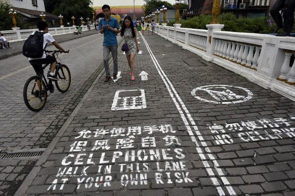 """@BuzzFeed: A city in China has made a separate sidewalk for people to text and walk http://t.co/rzO5w9QxtD http://t.co/5z5XFMRePh"""